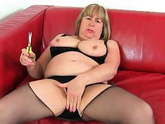 British gilf Alisha loves vibing her pleasure button with sex toy