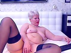 Amateur granny toying on webcam