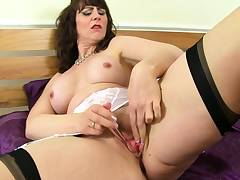 Hot milf Toni Lace pleases her gaping cunny
