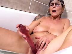 busty mom cumswap in the bathtub
